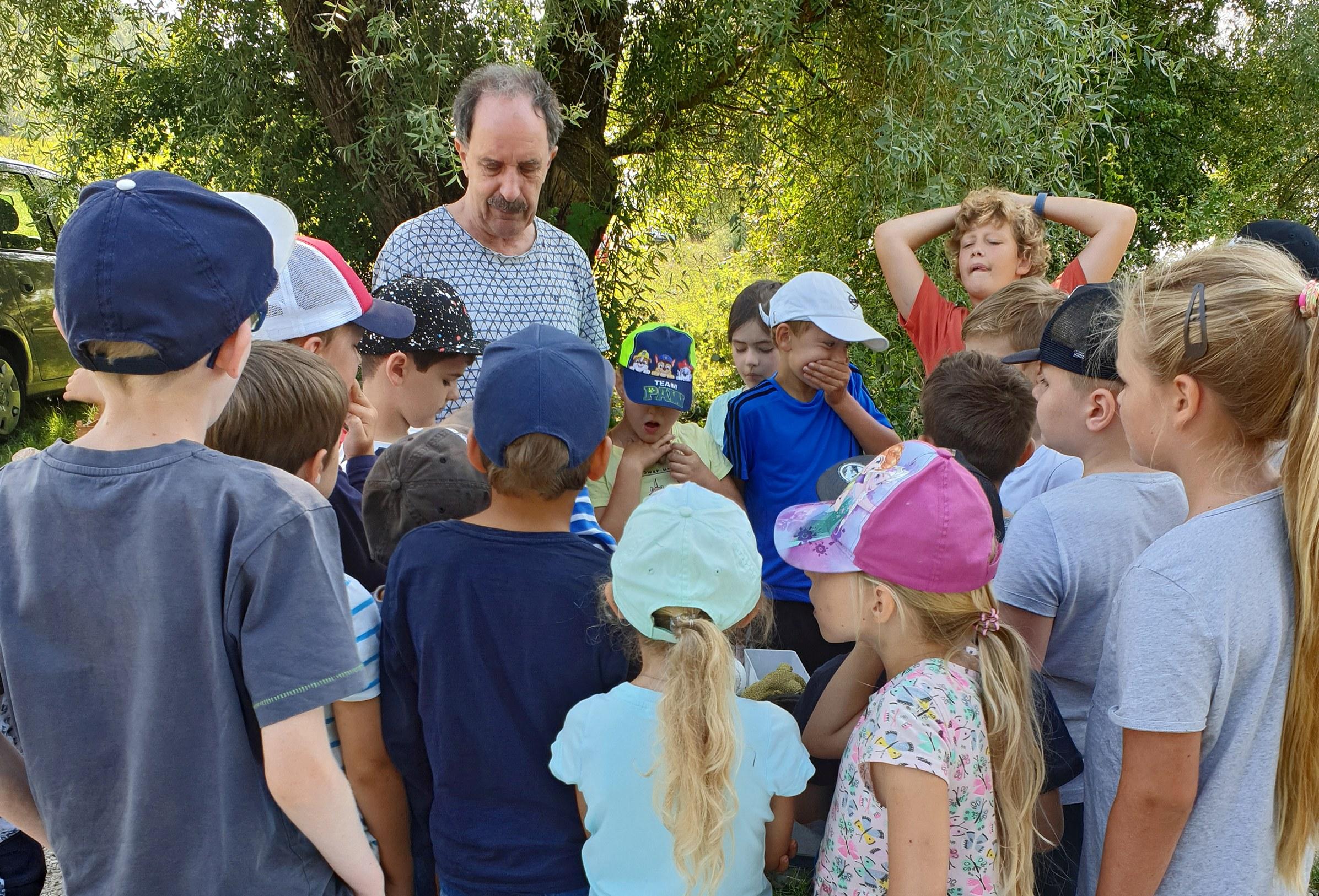 Ferienkinder verbringen schönen und lehrreichen Tag am Mettener Donaustrand